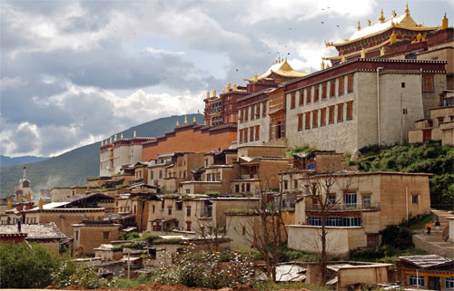 Ganden Sumtsellin Gompa not destroyed by the fire in Zhongdian/Dukezong