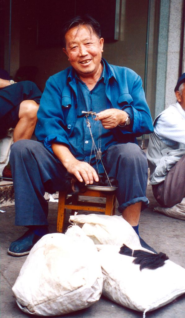 the hair seller of Anshun at Anshun Sunday Market: 安顺星期七农民市场