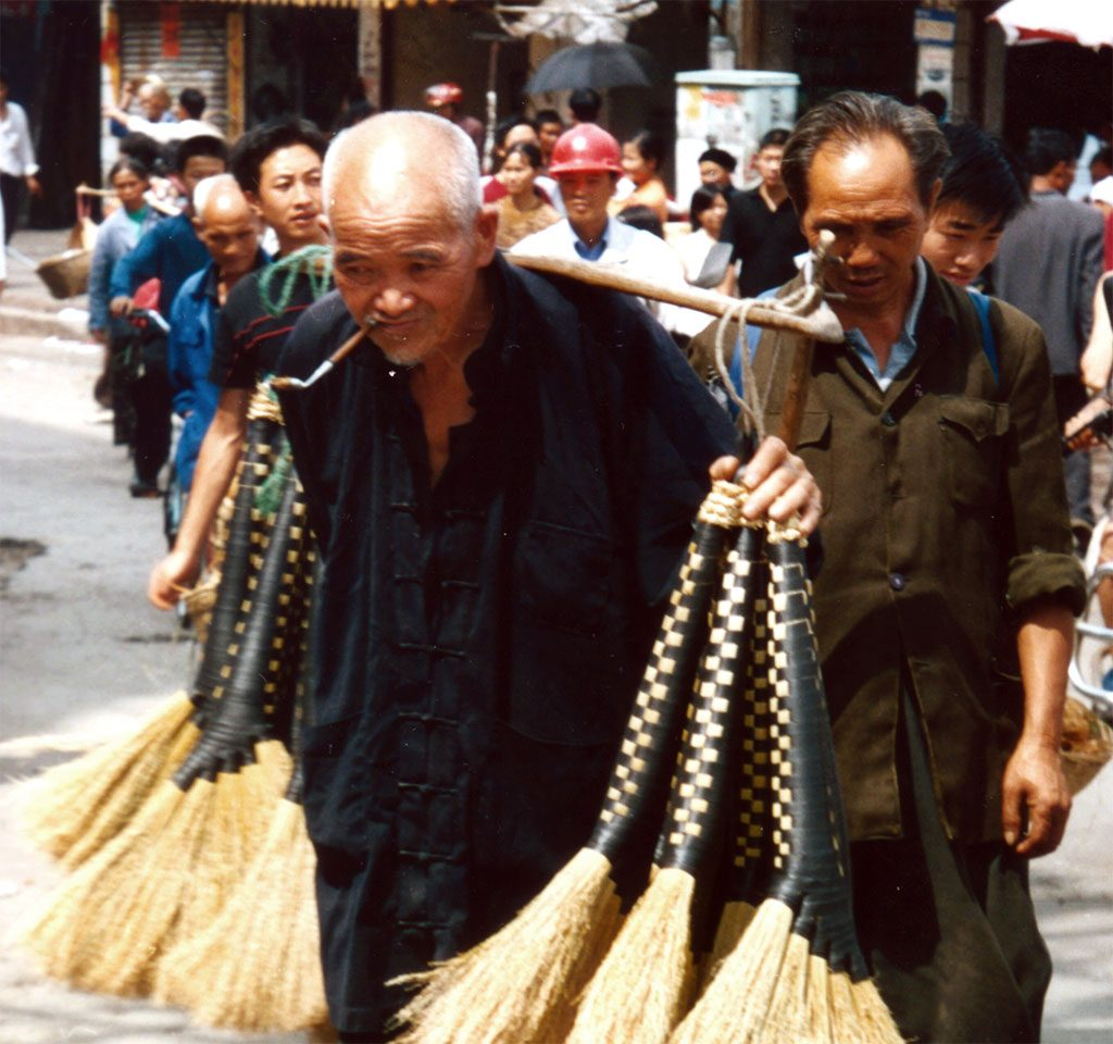 pipe smoking brush seller Anshun Sunday Market: 安顺星期七农民市场