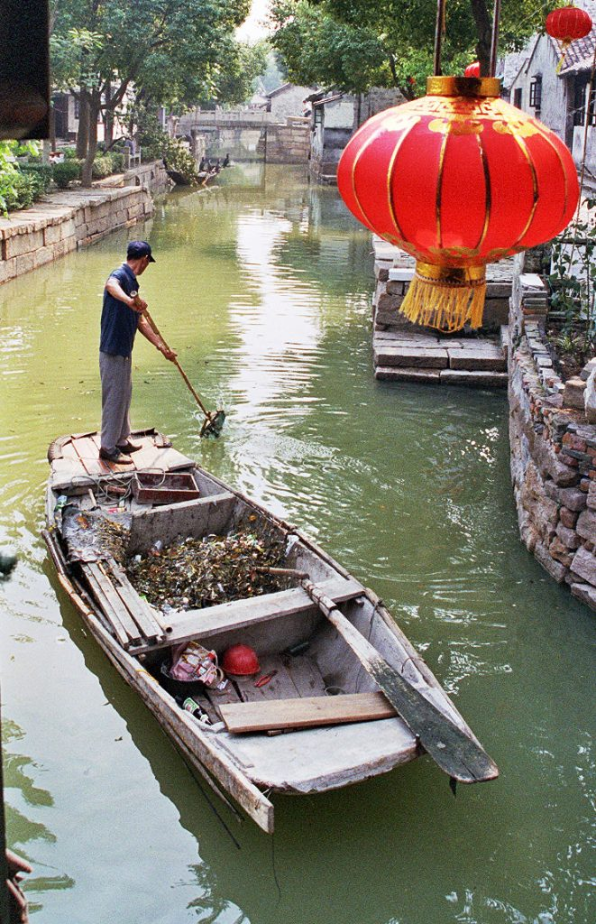 cleaning the canal THE BEST DAY TRIP FROM SUZHOU  苏州 Luzhi 甪直 An Authentic Canal Town