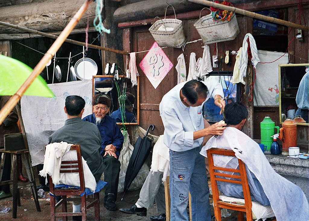 out door hairdressers Anshun Sunday Market: 安顺星期七农民市场