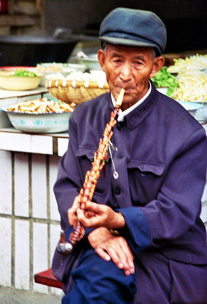 Anshun Sunday Market: 安顺星期七农民市场 pipe smoker