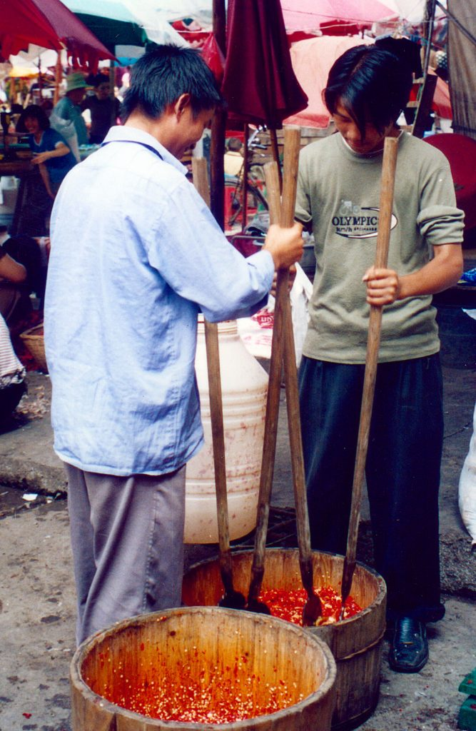pounding chilis Anshun Sunday Market: 安顺星期七农民市场