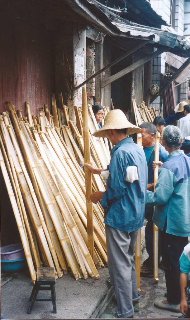Choosing a bamboo carrying pole Anshun Sunday Market: 安顺星期七农民市场