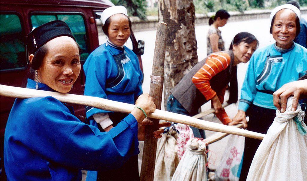 Buyi ladies Anshun Sunday Market: 安顺星期七农民市场