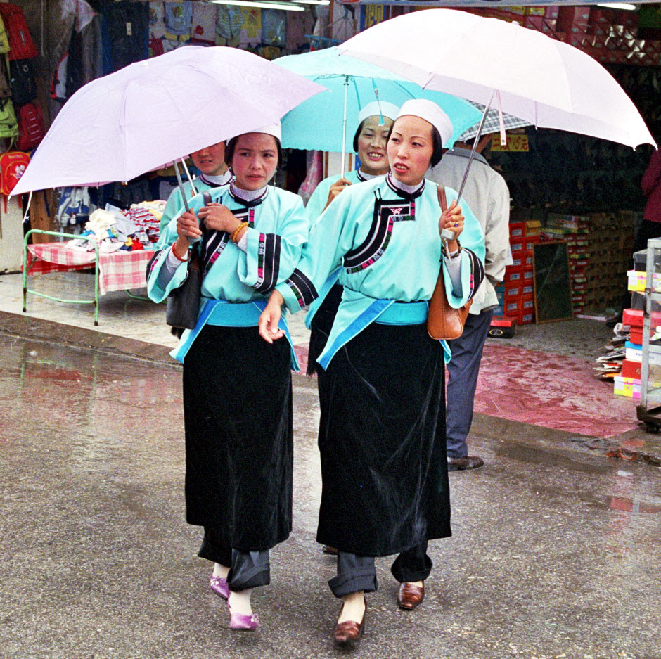 Fashioable minority ladies Anshun Sunday Market: 安顺星期七农民市场