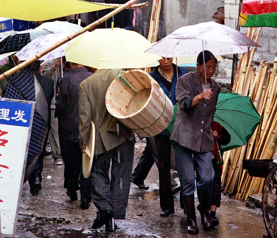 Anshun Sunday Market: 安顺星期七农民市场 in the rain