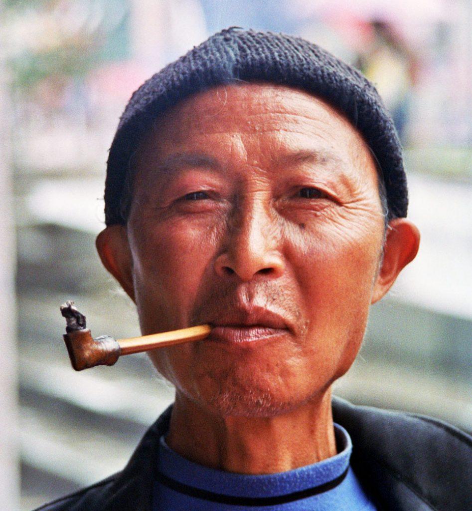pipe smoker Anshun Sunday Market: 安顺星期七农民市场
