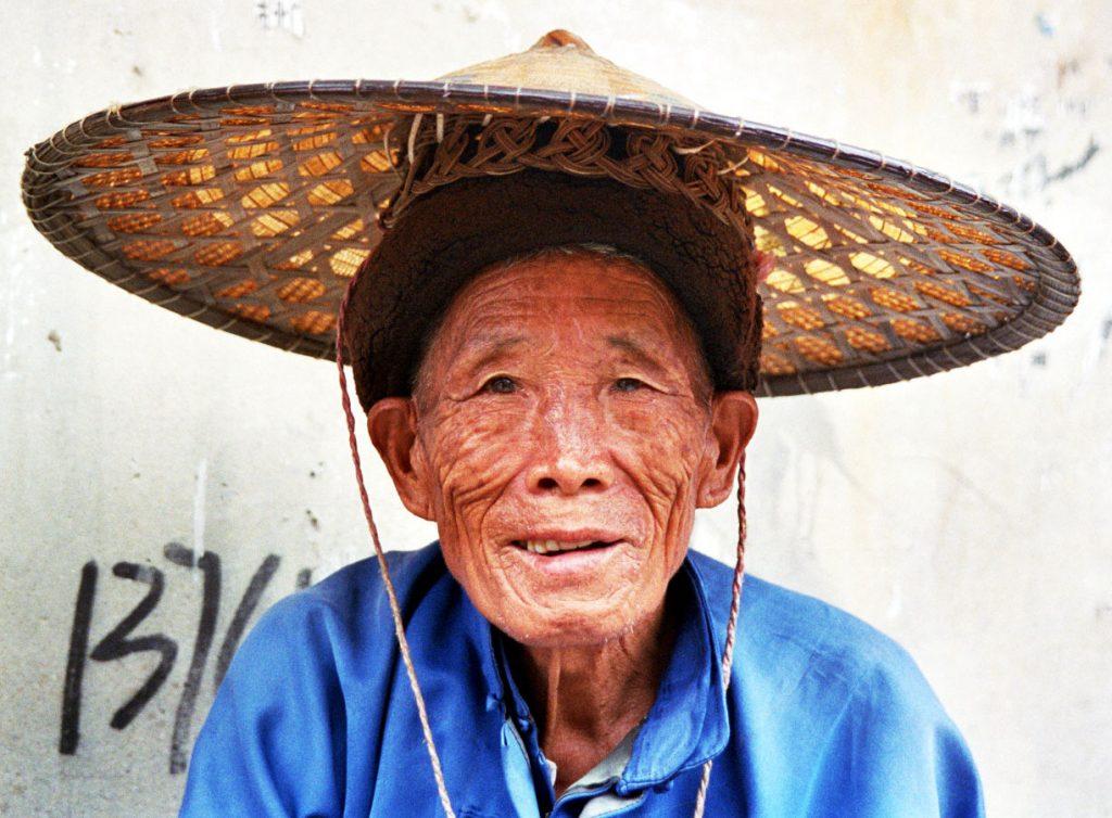 old buyi man Anshun Sunday Market: 安顺星期七农民市场