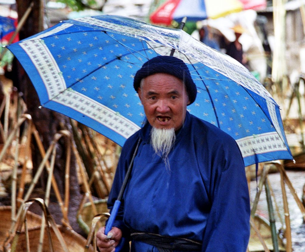 old man in the rain Anshun Sunday Market: 安顺星期七农民市场