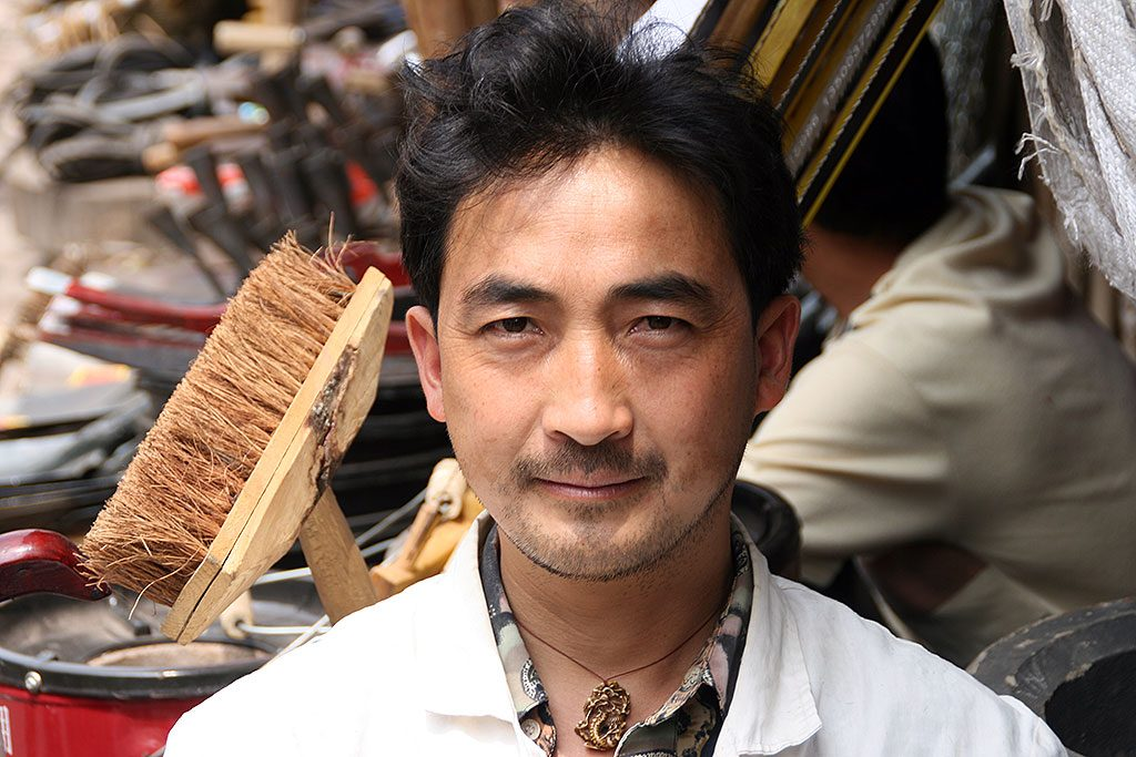 brush seller Anshun Sunday Market: 安顺星期七农民市场