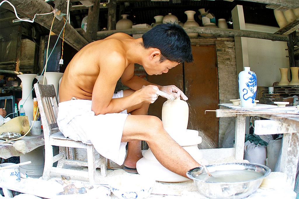 potter at work in Jingdezhen Porcelain City 景德镇