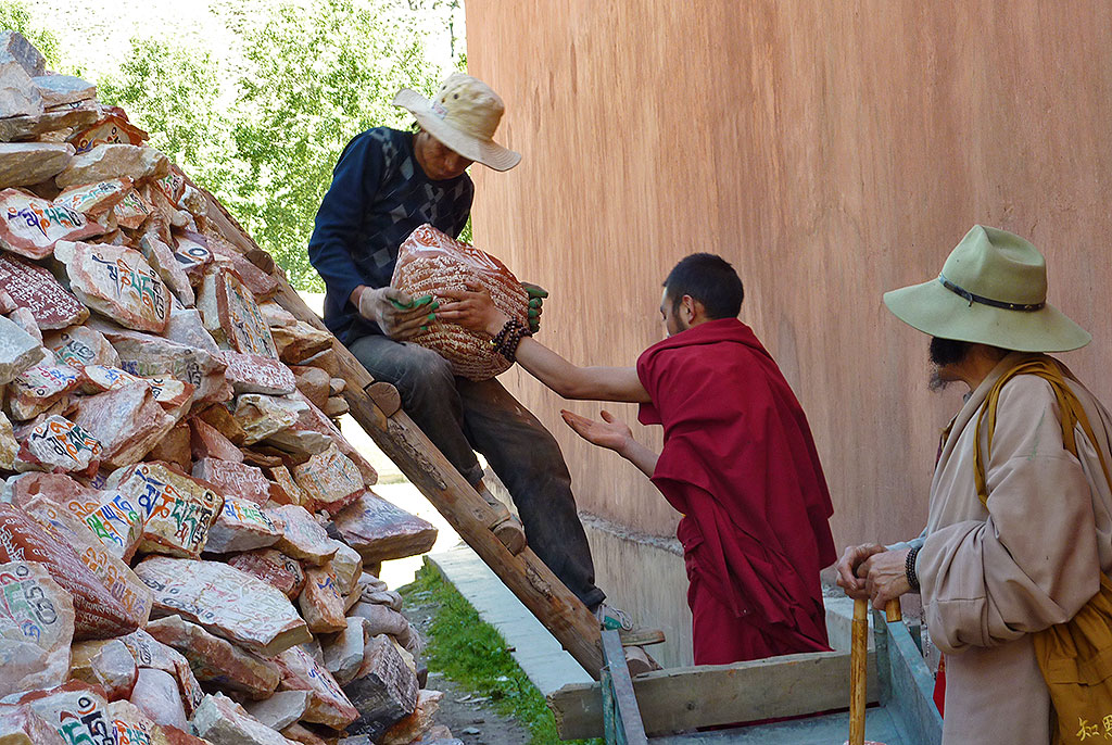 building the The Original Yushu Seng-ze Gyanak Mani Wall before the 2009 Earthquake