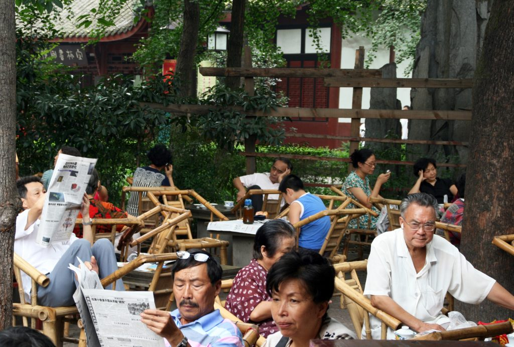 People drinking tea and relaxing at the Wenshu temple 文殊院, Chengdu 成都